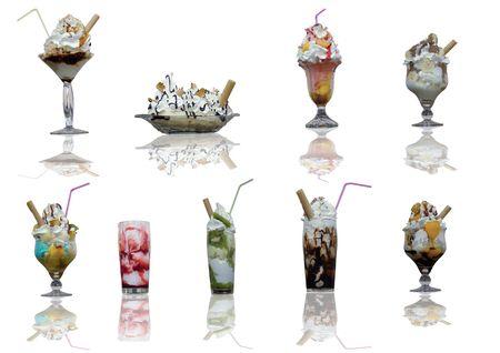 coppa di gelato: Assortimento di coppe gelato con la riflessione su sfondo bianco