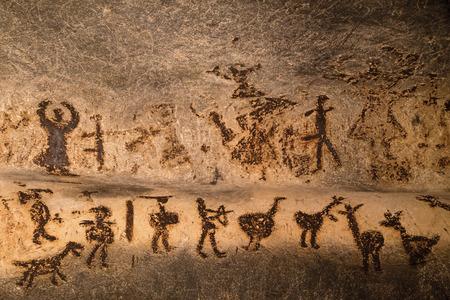 hombre prehistorico: Hermosas pinturas rupestres que datan de finales del Neolítico, Epipaleolítico y principios de la Edad de Bronce. La cueva Magura en Bulgaria. Foto de archivo
