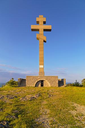 Okolchitsa 봉우리 (1,048m)는 Vratsa 발칸 산맥에 위치하고 있으며 Vratsa에서 약 20km 떨어진 Chelopek 마을에 인접 해 있습니다. 1876 년에 사망 한 혁명적 인  스톡 콘텐츠