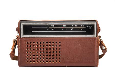 transitor: Imagen de primer plano de una vieja radio de transistores en un estuche de cuero aislado en blanco. Foto de archivo