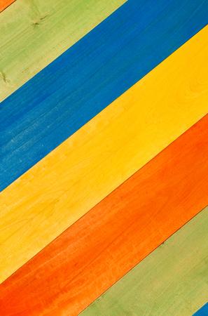 colores pastel: Primer modelo multicolor de verde, azul, amarillo y naranja tablones de madera en posici�n diagonal para el fondo.