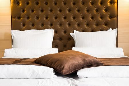 가정, 호텔이나 침대와 아침 식사의 이불 위에 갈색 살이 포동 포동하게 찐 머리판과 일치 던져 러그와 쿠션 럭셔리 퀸 사이즈 침대 스톡 콘텐츠