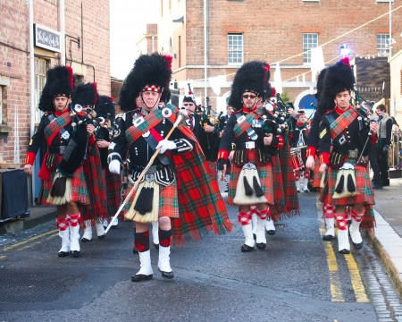 gaita: marchando banda de gaitas escocesa en el Festival de Navidad victoriana, Portsmouth, Inglaterra