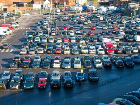 Auto's geparkeerd in een parkeergarage op het terrein van de oude Tricorn winkelcentrum, Portsmouth, Hampshire, Engeland