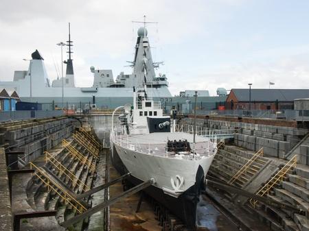 Primera guerra mundial M33 barco con el moderno HMS Dauntless en el fondo Foto de archivo - 19044995