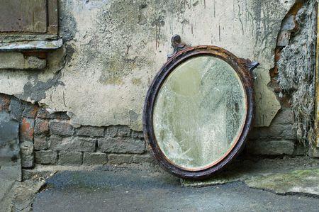 pared rota: Viejo espejo de pie contra la pared