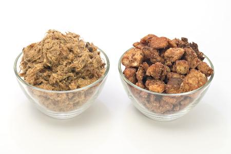 chicharrones: Duvan cvarci i cvarci, chicharrones de cerdo en recipientes aislados en blanco