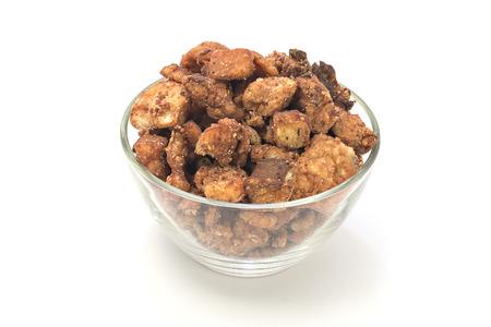 chicharrones: Cvarci chicharrones de cerdo en un taz�n aislados en blanco