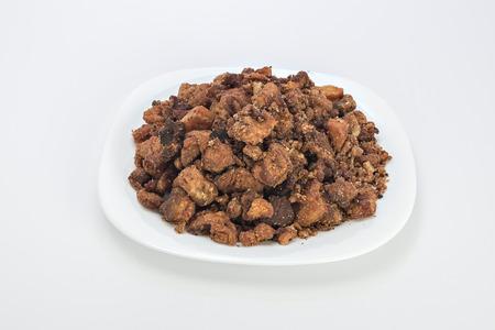 chicharrones: Cvarci chicharrones de cerdo en un plato aislado en blanco