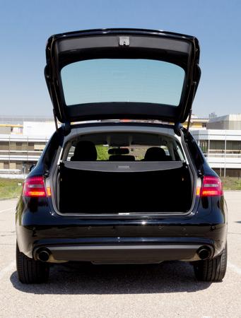 auto met een open kofferbak