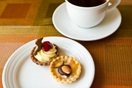 Dessert, Obsttorte mit Birnen und Mandeln und Tee Lizenzfreie Bilder
