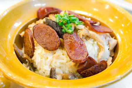 Gebackener Reis mit chinesischen Wurst im Tontopf Lizenzfreie Bilder