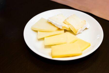 Verschiedene Arten von K�se auf Teller