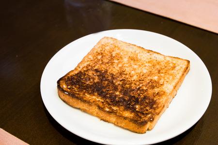 quemadura: pan de molde sobre la quemadura en el plato