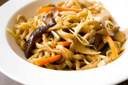 chinesisch essen: Chinesische gebratene Nudeln mit Hühnerfleisch