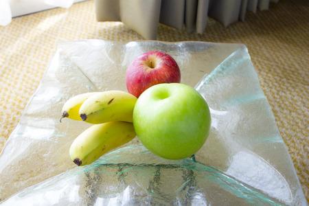 Rote und gr�ne �pfel und Bananen