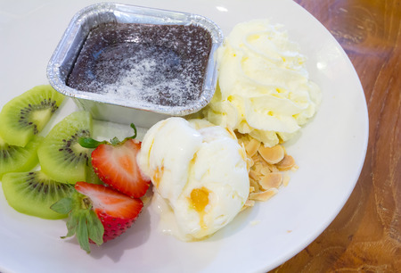 kiwis: dessert chocolate lava, kiwis and strawberries