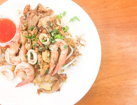 fried crispy mussel and seafood with bean sprout. Banque d'images