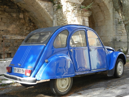 luberon: Citro�n 2CV, Bonnieux, Luberon, Provence, France