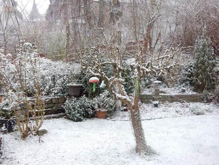 Garten in Waldbrunn mit Schnee, Bayern, Franken, Deutschland