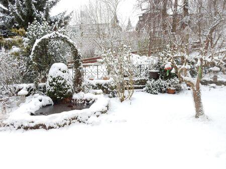 Ein Garten im Schnee, Waldbrunn, Bayern, Franken, Deutschland