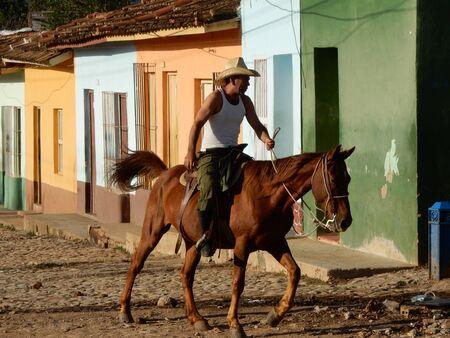 edifici colorati e un cavaliere a Trinidad, Cuba