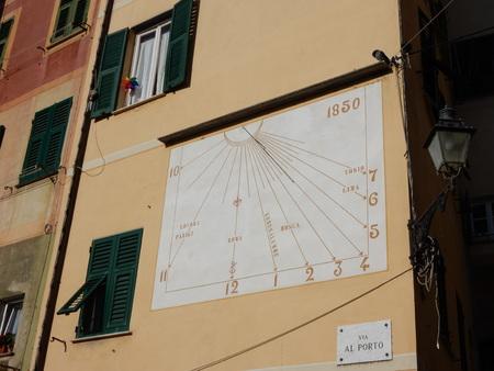 reloj de sol: Reloj de sol en Camogli, Provincia de G�nova, Liguria, Italia Editorial