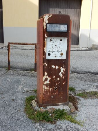 surtidor de gasolina: Una bomba de gasolina de edad en Umbría, Italia