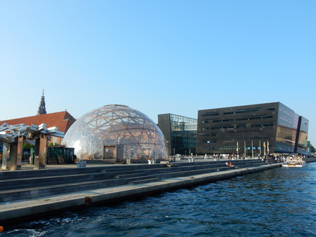 diamante negro: The black diamond library and the spherical greenhouse, Copenhagen, Denmark