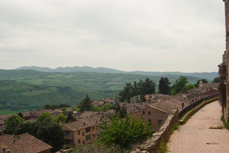 Vista generale dall'alto del paese vicino Perugia e Assisi con sentiero panoramico