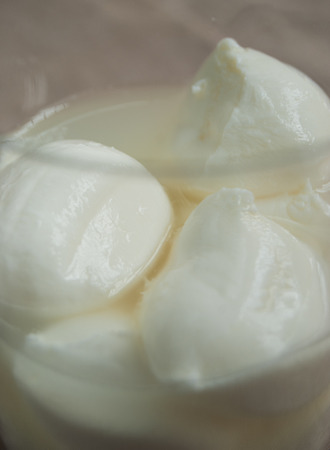 Trasparent glass with fresh mozzarelle and their natural milk Banque d'images