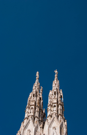 Some spiers surmounted by statues of the Milan Cathedral with a clear and blue sky Imagens