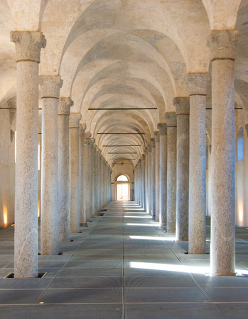 Old and scenic colonnade covered in a little town in northern Italy Foto de archivo
