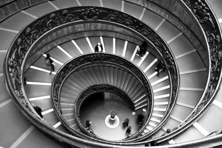 Black and white of impressive ellipticals staircases with few tourists from the Musei Vaticani in Rome 에디토리얼