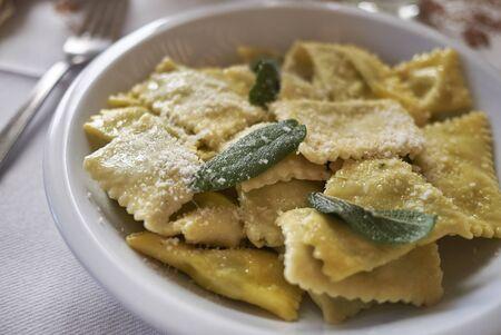 Raviolipasta met boter en salie