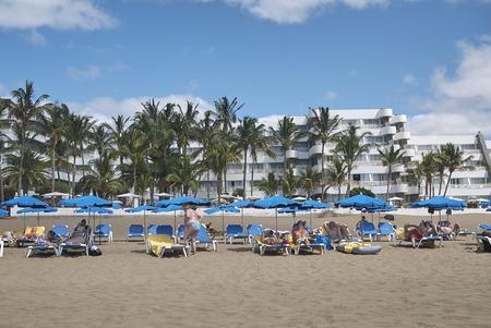 2015 : Lanzarote, Spain 푸에르토 델 카르멘 해변에서 일광욕하는 2015 년 8 월 27 일 : 관광객