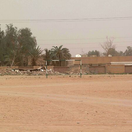 Germa, Libië - 8 mei 2002: Voetbalveld Redactioneel