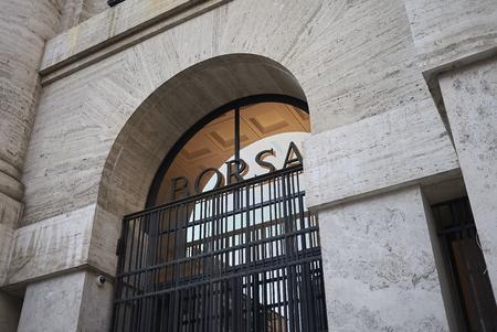 밀라노, 이탈리아 -2011 년 12 월 5 일 :보기 '집이 델라 Borsa' 에디토리얼