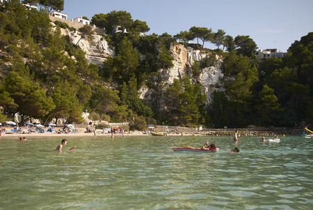 Minorca, Balearen, Spanje - 5 september 2013: Toeristen in Cala Galdana, Minorca