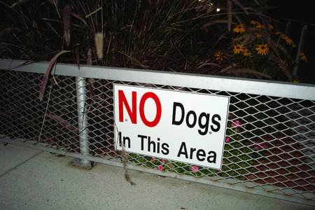 New York, United States - October 05, 2008: 'No Dogs' sign in a garden in New York City Banque d'images - 95166889