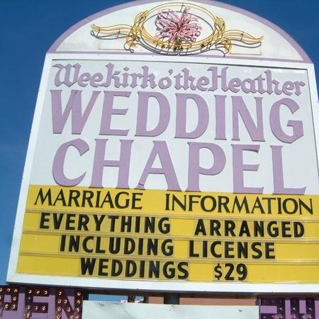 Las Vegas, United States - March 31, 2003 : Wedding chapel sign Banque d'images