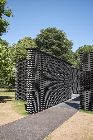 Londres, Royaume-Uni - 26 juin 2018: Pavillon Serpentine 2018 conçu par Frida Escobedo Éditoriale