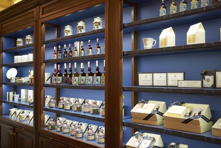 Florencia, Italia - 01 de marzo de 2019: Licores y parlines vendidos en la tienda Officina profumo-farmaceutica di Santa Maria Novella Editorial