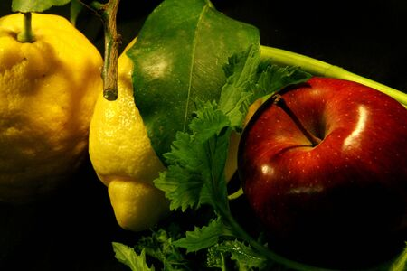 foglie: in the picture two lemon and a apple