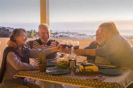 beau groupe d'adultes caucasiens heureux de rester ensemble pour le dîner en plein air sur la terrasse. Banque d'images