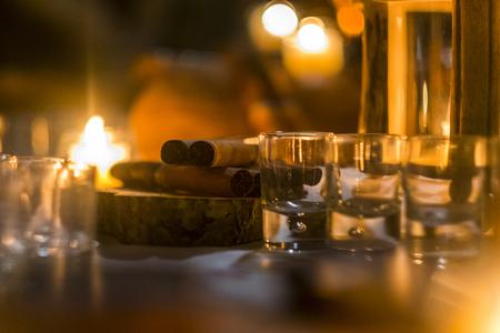 Sigaro e rum rum per concludere la serata in amicizia con le cose legate agli uomini. Bokeh e immagine sfocata per l'umore concettuale sui maschi