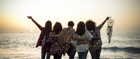 Concepto de romance y emoción con un grupo de amigas de personas vistas desde atrás abrazándose y disfrutando de la puesta de sol en el concepto de vacaciones de mar de naturaleza al aire libre: amistad y libertad para los viajeros