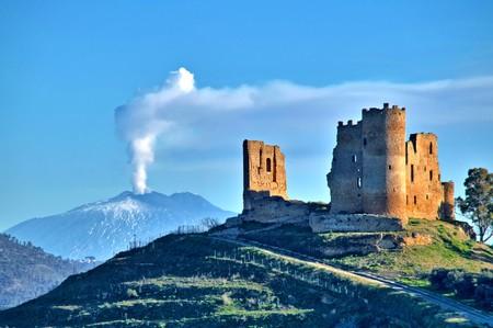 Malowniczy widok na średniowieczny zamek Mazzarino z Etną w tle, Caltanissetta, Sycylia, Włochy, Europa