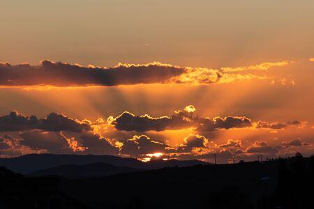 Schöne Landschaft bei Sonnenuntergang mit einem Vogelschwarm, Mazzarino, Caltanissetta, Sizilien, Italien, Europa