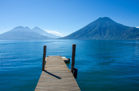 Vulcano Landscape and Lake Atitlan in Guatemala Standard-Bild